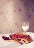 Υγιές πρόγευμα με το γάλα και croissants Φρέσκα νόστιμα μούρα Στοκ Φωτογραφία