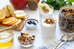 Υγιές πρόγευμα με το γιαούρτι στο γυαλί, το granola και τα φρούτα Στοκ εικόνες με δικαίωμα ελεύθερης χρήσης