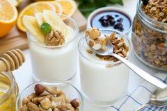 Υγιές πρόγευμα με το γιαούρτι στο γυαλί, το granola και τα φρούτα Στοκ φωτογραφία με δικαίωμα ελεύθερης χρήσης
