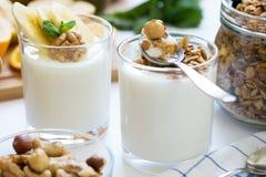 Υγιές πρόγευμα με το γιαούρτι στο γυαλί, το granola και τα φρούτα Στοκ Εικόνες