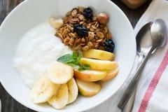 Υγιές πρόγευμα με το γιαούρτι, το granola και τα φρούτα Στοκ Φωτογραφίες