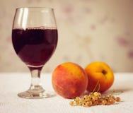 Υγιές πρόγευμα με το χυμό ή το κρασί και τα φρούτα Φρέσκα νόστιμα τζίτζιφα Στοκ Εικόνα