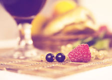 Υγιές πρόγευμα με το χυμό και croissants Φρέσκα νόστιμα μούρα Στοκ εικόνα με δικαίωμα ελεύθερης χρήσης