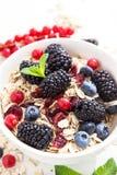 Υγιές πρόγευμα με το granola και τα φρέσκα μούρα στοκ εικόνες