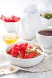 Υγιές πρόγευμα με το granola και τη φράουλα στοκ εικόνα με δικαίωμα ελεύθερης χρήσης