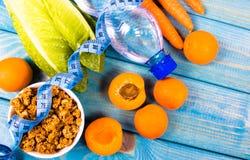 Υγιές πρόγευμα με το granola, τα φρέσκα λαχανικά και τα φρούτα στον μπλε πίνακα Στοκ Φωτογραφία