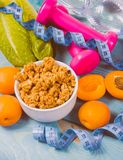 Υγιές πρόγευμα με το granola, τα φρέσκα λαχανικά και τα φρούτα στον μπλε πίνακα Στοκ φωτογραφία με δικαίωμα ελεύθερης χρήσης