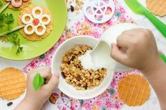 Υγιές πρόγευμα με το muesli και γιαούρτι για το πρόγευμα Στοκ εικόνες με δικαίωμα ελεύθερης χρήσης