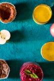 Υγιές πρόγευμα με turmeric latte στην κυανή κατακόρυφο υποβάθρου Στοκ Εικόνες