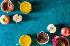 Υγιές πρόγευμα με turmeric latte στο κυανό υπόβαθρο οριζόντιο Στοκ φωτογραφία με δικαίωμα ελεύθερης χρήσης