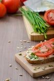 Υγιές πρόγευμα - σπιτικό ψωμί μπύρας με το τυρί, ντομάτες Στοκ εικόνα με δικαίωμα ελεύθερης χρήσης