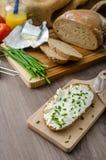 Υγιές πρόγευμα - σπιτικό ψωμί μπύρας με το τυρί, ντομάτες Στοκ Φωτογραφίες