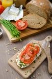Υγιές πρόγευμα - σπιτικό ψωμί μπύρας με το τυρί, ντομάτες Στοκ Εικόνα
