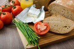 Υγιές πρόγευμα - σπιτικό ψωμί μπύρας με το τυρί, ντομάτες Στοκ Εικόνες