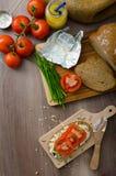 Υγιές πρόγευμα - σπιτικό ψωμί μπύρας με το τυρί, ντομάτες Στοκ Φωτογραφία