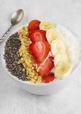 Υγιές πρόγευμα του καταφερτζή με το chia, κοκοφοίνικες, φράουλα, καρύδια στοκ φωτογραφίες