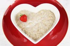 Υγιές πρόγευμα του κουάκερ/oatmeal φραουλών Στοκ Εικόνες