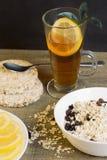 Υγιές πρόγευμα, τσάι με το λεμόνι Στοκ Φωτογραφία