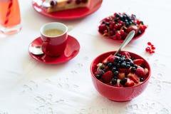 Υγιές πρόγευμα: τυρί εξοχικών σπιτιών με την ξινά κρέμα, τη φράουλα, το σμέουρο και το βακκίνιο, espresso, cheesecake κερασιών Στοκ Εικόνες