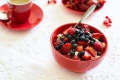 Υγιές πρόγευμα: τυρί εξοχικών σπιτιών με την ξινά κρέμα, τη φράουλα, το σμέουρο και το βακκίνιο, espresso, cheesecake κερασιών Στοκ Φωτογραφία