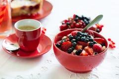 Υγιές πρόγευμα: τυρί εξοχικών σπιτιών με την ξινά κρέμα, τη φράουλα, το σμέουρο και το βακκίνιο, espresso, cheesecake κερασιών Στοκ Φωτογραφίες