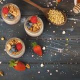Υγιές πρόγευμα Granola, του γιαουρτιού και των φρούτων r στοκ φωτογραφίες