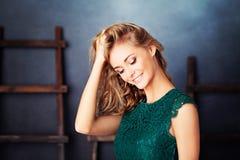 Υγιές πρότυπο χαμόγελο μόδας κοριτσιών Στοκ Εικόνες