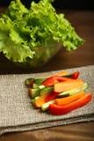 Υγιές πρόχειρο φαγητό από τα ακατέργαστα χρωματισμένα λαχανικά Στοκ εικόνες με δικαίωμα ελεύθερης χρήσης