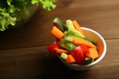 Υγιές πρόχειρο φαγητό από τα ακατέργαστα χρωματισμένα λαχανικά Στοκ φωτογραφία με δικαίωμα ελεύθερης χρήσης