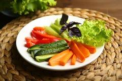 Υγιές πρόχειρο φαγητό από τα ακατέργαστα χρωματισμένα λαχανικά Στοκ Εικόνα