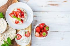 Υγιές πρόχειρο φαγητό από τα κέικ ρυζιού με Ricotta και τις φράουλες Στοκ εικόνα με δικαίωμα ελεύθερης χρήσης