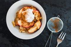 Υγιές πρόχειρο φαγητό από τη μαγειρευμένη Apple με την κανέλα Στοκ εικόνες με δικαίωμα ελεύθερης χρήσης