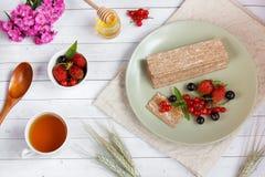 Υγιές πρόχειρο φαγητό από τις Wholegrain κροτίδες παξιμαδιών σίκαλης και τα φρέσκα μούρα στο ελαφρύ υπόβαθρο Στοκ φωτογραφία με δικαίωμα ελεύθερης χρήσης