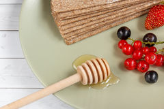 Υγιές πρόχειρο φαγητό από τις Wholegrain κροτίδες παξιμαδιών σίκαλης και τα φρέσκα μούρα στο ελαφρύ υπόβαθρο Στοκ φωτογραφίες με δικαίωμα ελεύθερης χρήσης