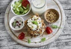 Υγιές πρόχειρο φαγητό - κροτίδες σίκαλης, τυρί εξοχικών σπιτιών με το αγγούρι και σπόρος λιναριού Στοκ Φωτογραφίες