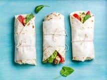 Υγιές πρόχειρο φαγητό μεσημεριανού γεύματος Tortilla περικαλύμματα με την ψημένα στη σχάρα λωρίδα κοτόπουλου και τα φρέσκα λαχανι Στοκ εικόνες με δικαίωμα ελεύθερης χρήσης