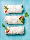Υγιές πρόχειρο φαγητό μεσημεριανού γεύματος Tortilla περικαλύμματα με την ψημένα στη σχάρα λωρίδα κοτόπουλου και τα φρέσκα λαχανι Στοκ εικόνα με δικαίωμα ελεύθερης χρήσης