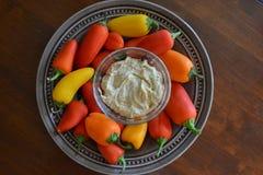 Υγιές πρόχειρο φαγητό με τα πιπέρια και Hummus Στοκ φωτογραφία με δικαίωμα ελεύθερης χρήσης