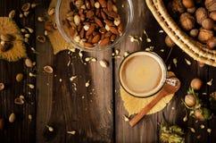 Υγιές πρόχειρο φαγητό με τον καφέ στον αγροτικό πίνακα στο εσωτερικό στο φθινόπωρο Στοκ Εικόνες