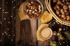 Υγιές πρόχειρο φαγητό με τον καφέ στον αγροτικό πίνακα στο εσωτερικό στο φθινόπωρο Στοκ φωτογραφία με δικαίωμα ελεύθερης χρήσης