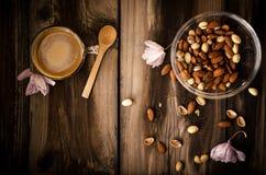 Υγιές πρόχειρο φαγητό με τον καφέ στον αγροτικό πίνακα στο εσωτερικό στο φθινόπωρο Στοκ Φωτογραφίες