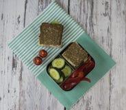 Υγιές πρόχειρο φαγητό σε ένα καλαθάκι με φαγητό Στοκ φωτογραφία με δικαίωμα ελεύθερης χρήσης