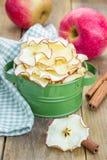 υγιές πρόχειρο φαγητό Σπιτικά αφυδατωμένα τσιπ μήλων Στοκ φωτογραφία με δικαίωμα ελεύθερης χρήσης