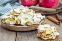 υγιές πρόχειρο φαγητό Σπιτικά αφυδατωμένα τσιπ μήλων Στοκ Εικόνες