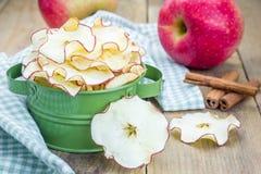 υγιές πρόχειρο φαγητό Σπιτικά τσιπ μήλων στο ξύλινο υπόβαθρο Στοκ Εικόνες