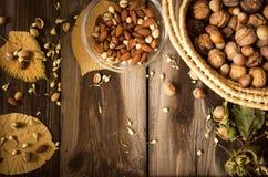 Υγιές πρόχειρο φαγητό στον αγροτικό πίνακα στο εσωτερικό στο φθινόπωρο Στοκ Εικόνες