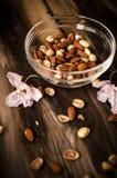 Υγιές πρόχειρο φαγητό στον αγροτικό πίνακα στο εσωτερικό στο φθινόπωρο Στοκ εικόνα με δικαίωμα ελεύθερης χρήσης
