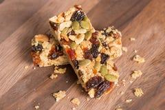 Υγιές πρόχειρο φαγητό, φραγμοί granola δημητριακών με τα καρύδια και ξηρός - φρούτα Στοκ εικόνα με δικαίωμα ελεύθερης χρήσης