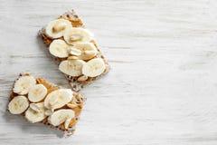 Υγιές πρόχειρο φαγητό - χορτοφάγος φραντζόλα ψωμιού με το φυστικοβούτυρο στοκ εικόνες