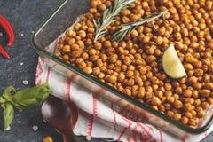 Υγιές πρόχειρο φαγητό - ψημένα πικάντικα chickpeas σε ένα πιάτο γυαλιού Υγιές β Στοκ φωτογραφία με δικαίωμα ελεύθερης χρήσης